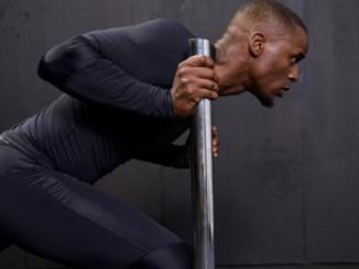 Mann in Kompressionskleidung beim Training
