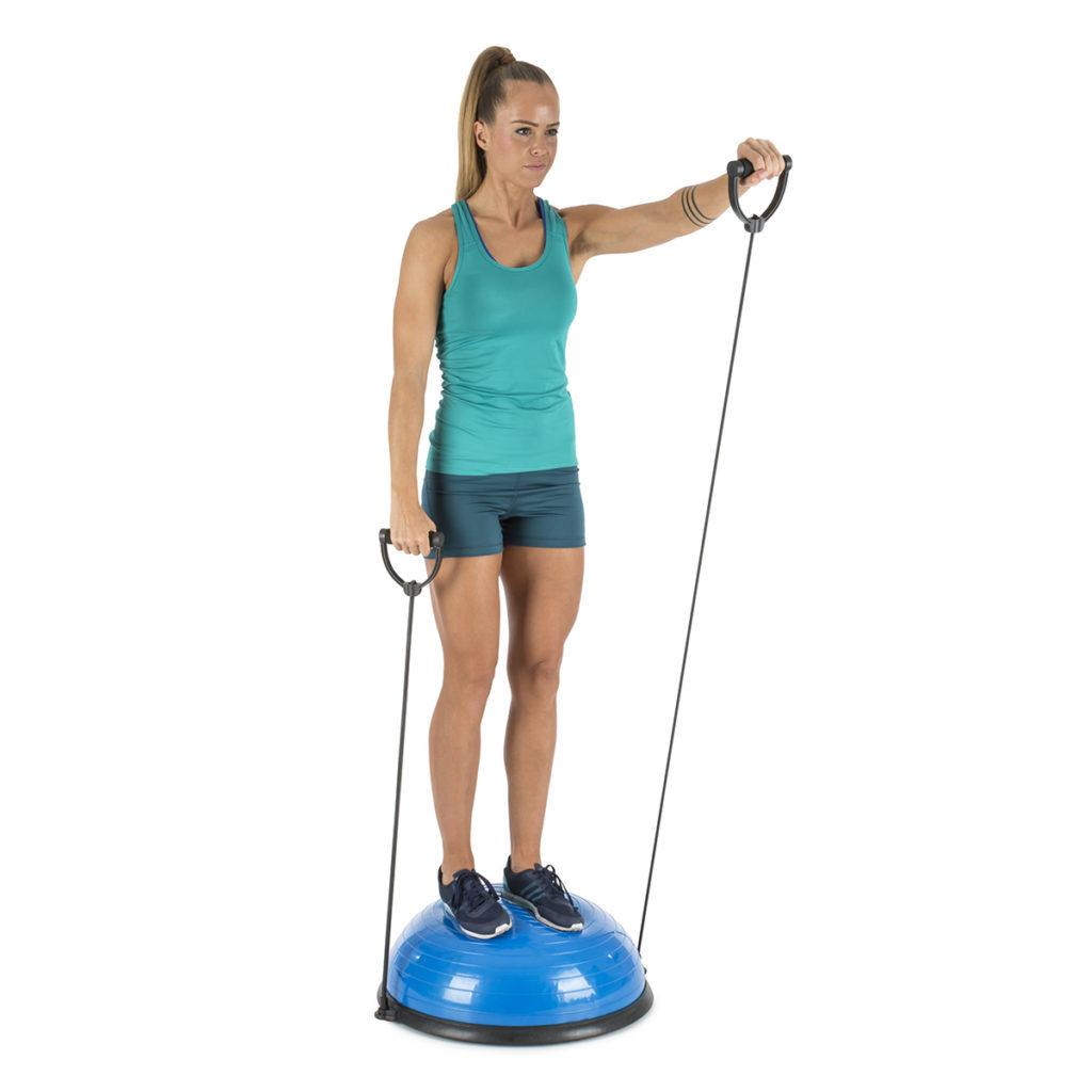 Frau mit aufrechter Haltung und vorgebeugtem Armauf dem Balanci Pro Balance Ball