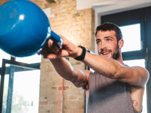Noah Eubanks mit Capital Sports Kettlebell