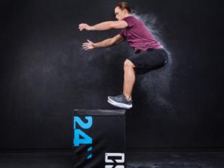 Beitragsbild: Mann springt auf Capital Sports Soft Jump Box
