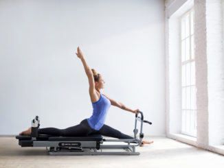 Frau auf dem Capital Sports Pilates Reformer