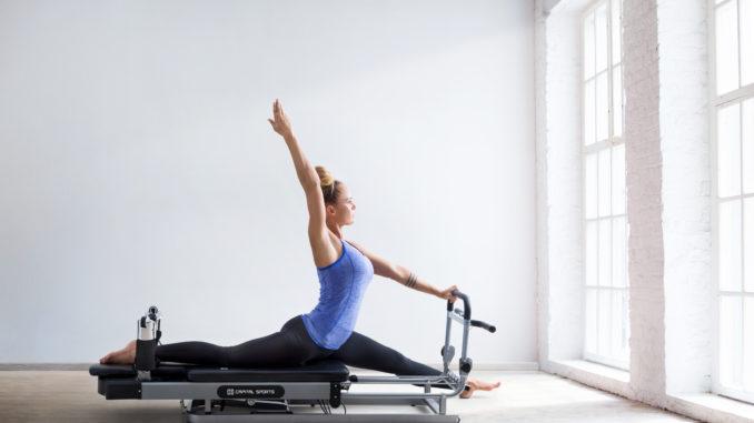 Frau auf dem Capital Sports Pilates Reformer