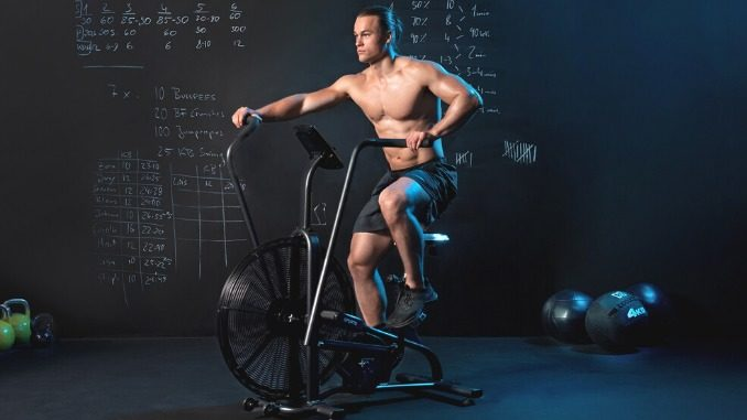 Mann auf dem Capital Sports Air Bike Strike Bike
