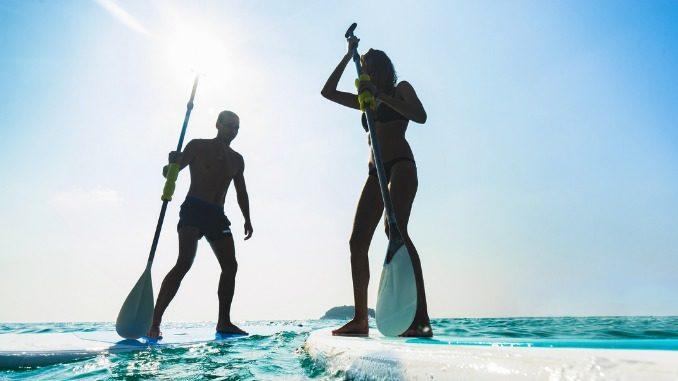 Beitragsbild Fitnesstrends 2020 - Mann und Frau auf SUP Board