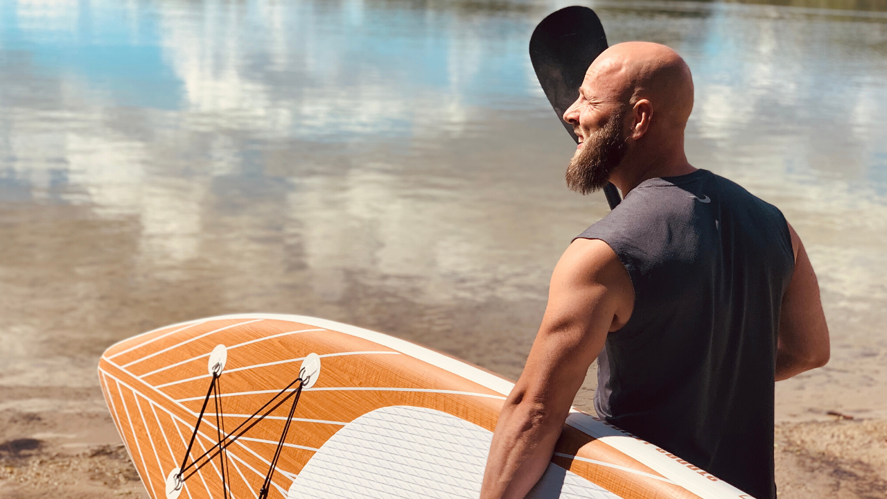 Mann mit Stand Up Paddle Board