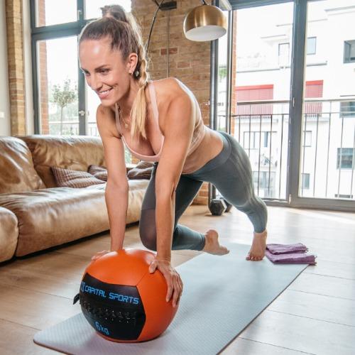 Daniela Kahl macht Mountain Climbers mit Medizinball