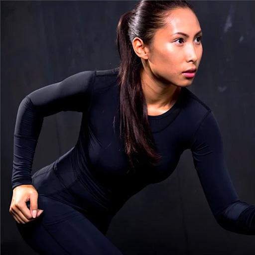 Frau in schwarzer Funktionskleidung bzw. Kompressionskleidung