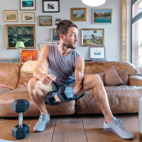 Noah Eubanks beim Krafttraining Zuhause mit Kurzhanteln