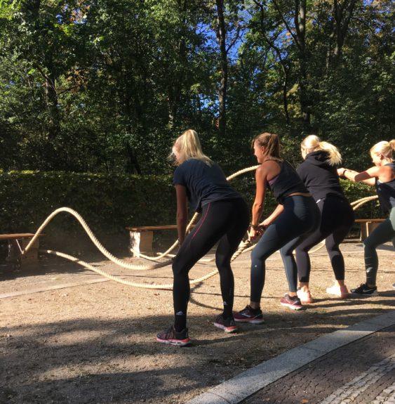 Outdoor Workout Mädels mit Schwungtau bzw. Battle Rope