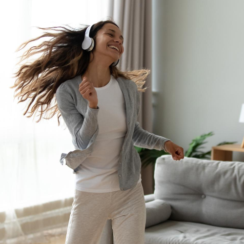 Frau tanzt gut gelaunt am Morgen