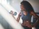 Beitragsbild Frau schwitzend beim Training mit Kurzhantel