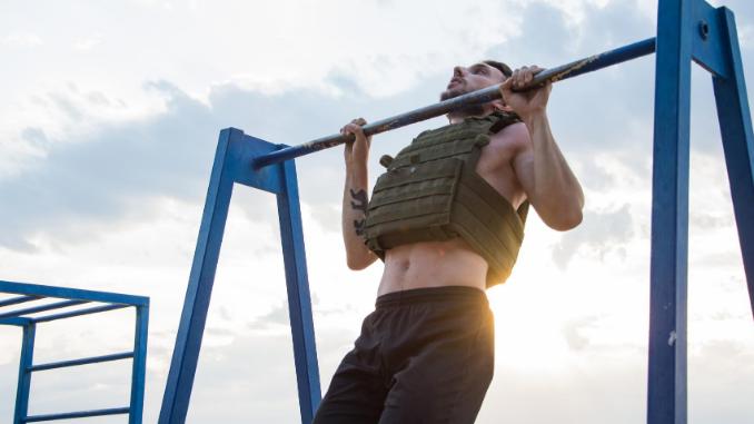 Beitragsbild Mann an Klimmzugstange mit Gewichtsweste