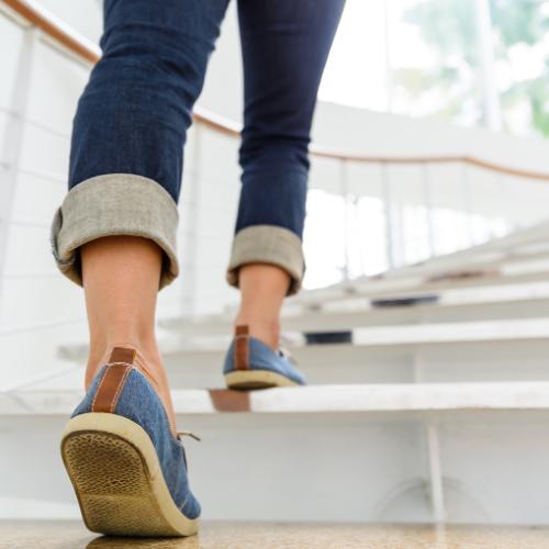 Frau geht die Treppen hoch, Fitnesstrend 2020 NEAT Training