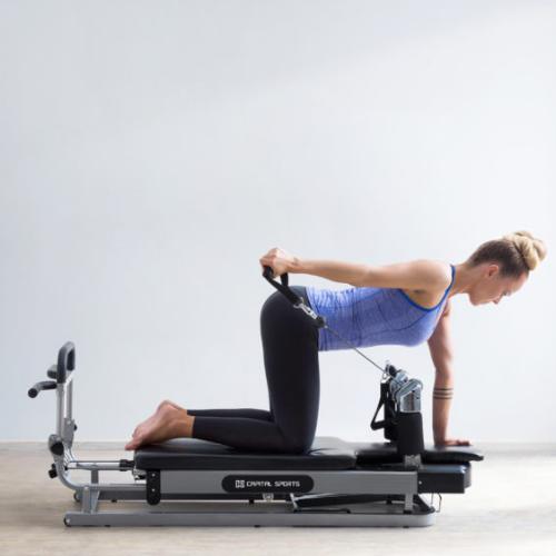 Frau auf Pilates Reformer Side Rows