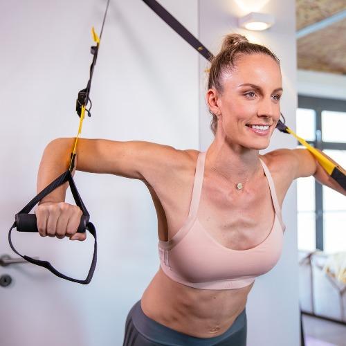 Daniela Kahl am Slingtrainer