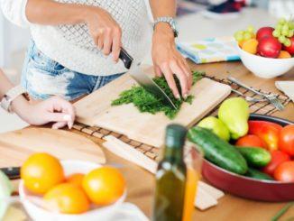 Frau bereitet ein gesundes Gericht vor