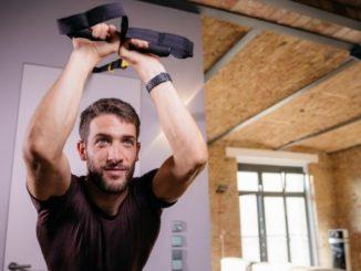 Noah Eubanks am Slingtrainer und macht ein Workout Zuhause