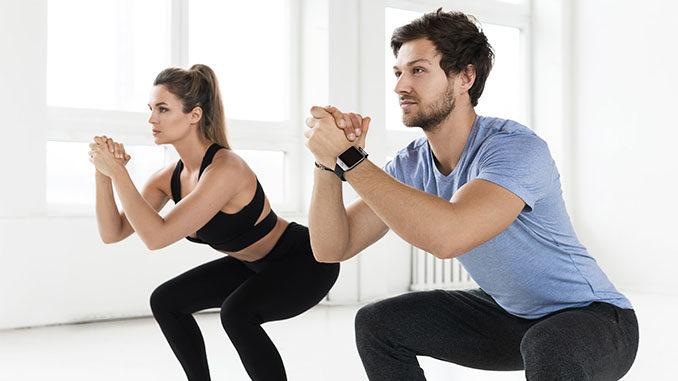 Po trainieren: Mann und Frauen machen Squat