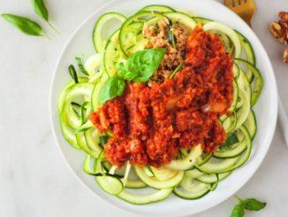 Zucchini nudeln mit Tomatensauce